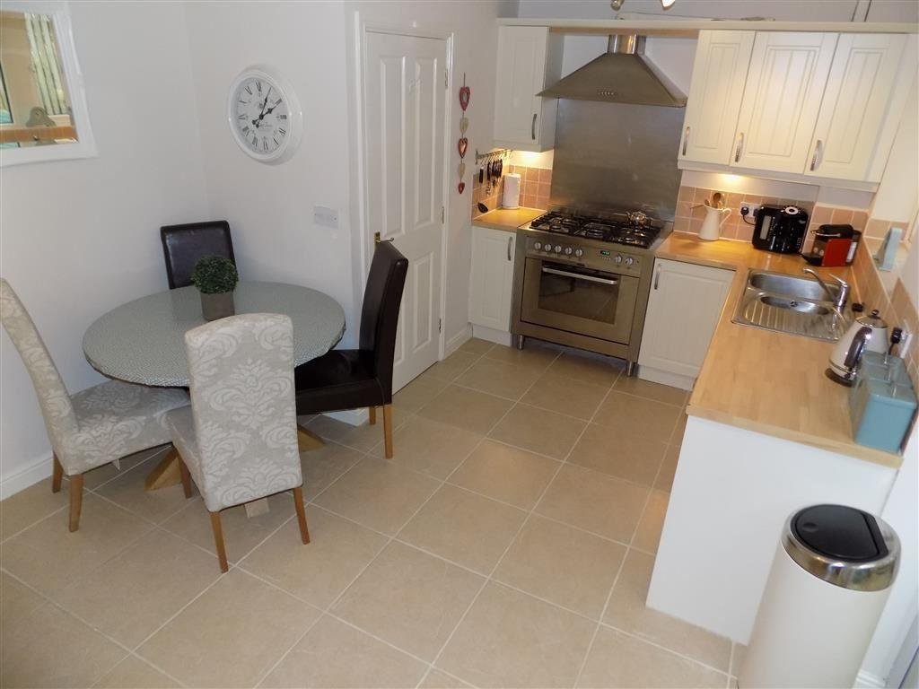 4 Bedrooms Town House for sale in Chancel Court, Longwood, Huddersfield, HD3
