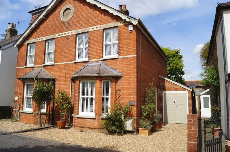 2 Bedrooms Cottage House for sale in COBHAM