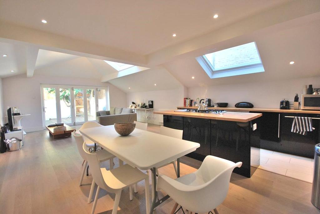 2 Bedrooms Flat for sale in Parsons Green Lane, Parsons Green, London