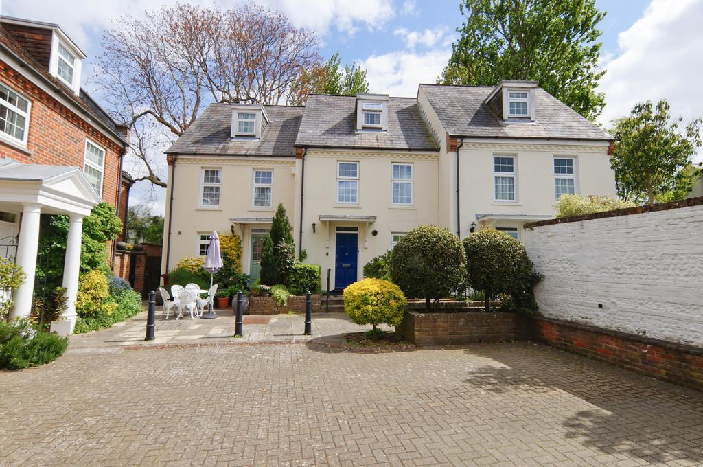 3 Bedrooms Town House for sale in St. Bartholomews Close, Chichester