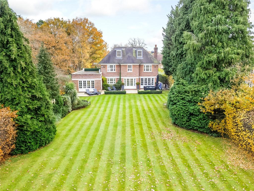 5 Bedrooms Detached House for sale in The Barton, Cobham, Surrey, KT11