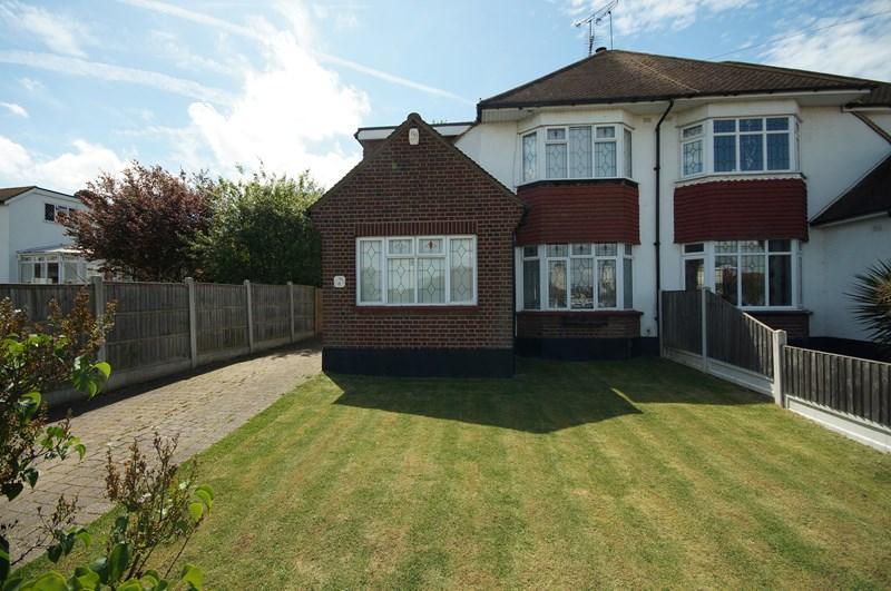 3 Bedrooms Semi Detached House for sale in Porlock Avenue, Westcliff-On-Sea