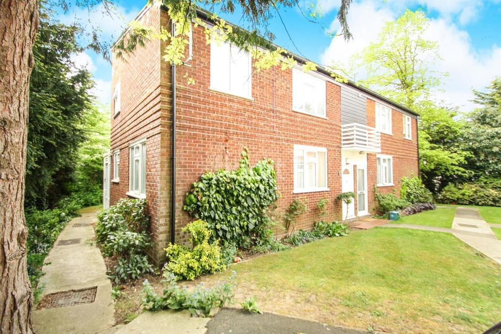 2 Bedrooms Flat for sale in The Spinney, Sudbury