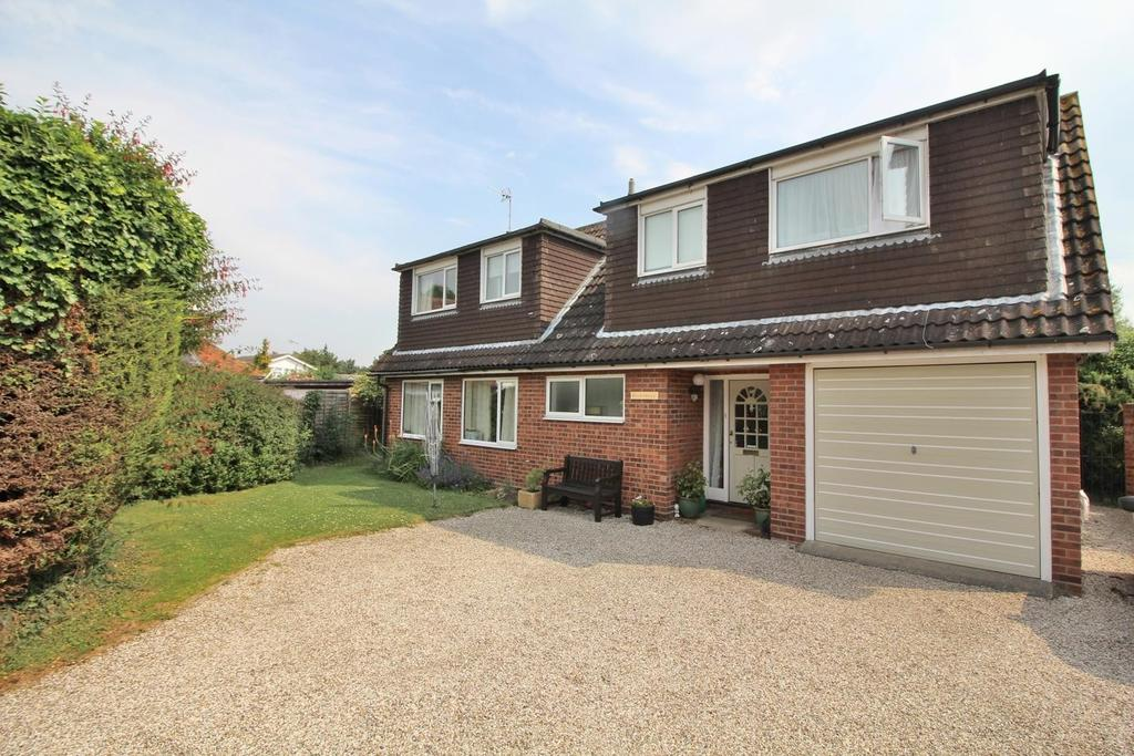 4 Bedrooms Detached House for sale in Heycroft Way, Chelmsford, Essex, CM2