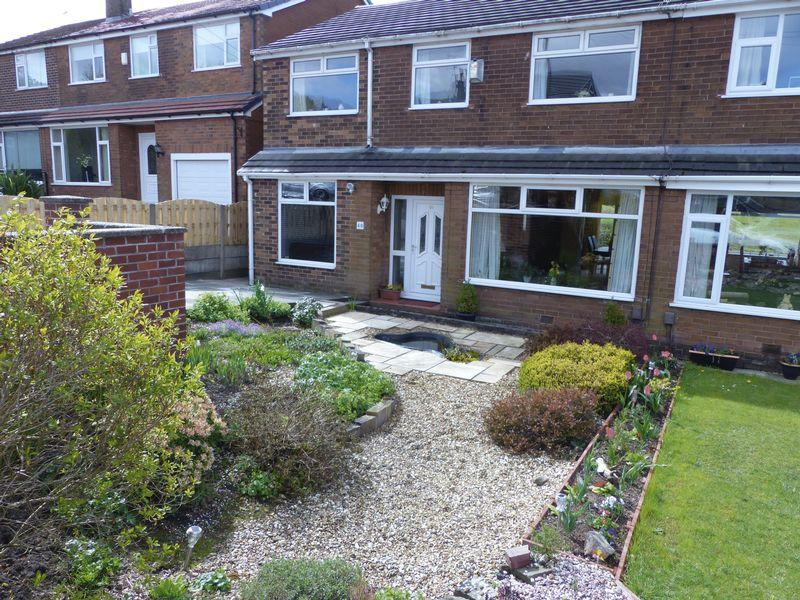 5 Bedrooms Semi Detached House for sale in Clough Road, Shaw
