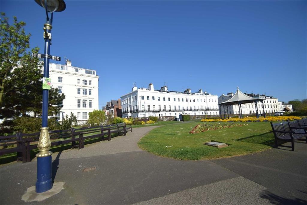 2 Bedrooms Flat for sale in The Crescent, Filey, North Yorkshire, YO14