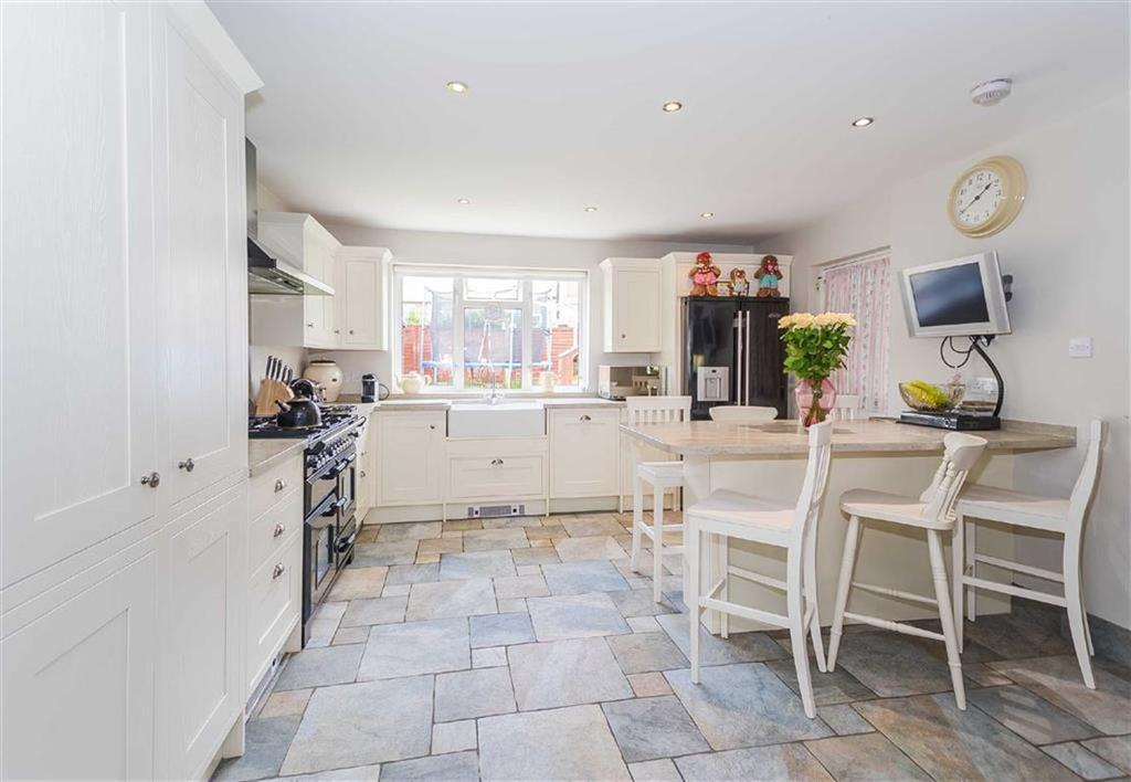 3 Bedrooms Semi Detached House for sale in Middle Way, Watford, Hertfordshire