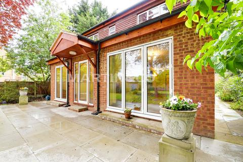 4 bedroom detached house to rent - Grove Park