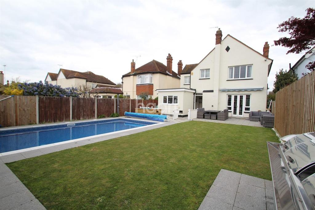 4 Bedrooms Detached House for sale in The Gardens, East Clacton