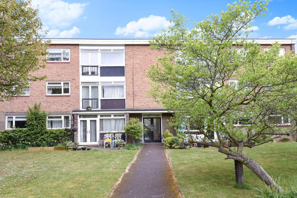 3 Bedrooms Flat for sale in Field Close, Bromley, BR1