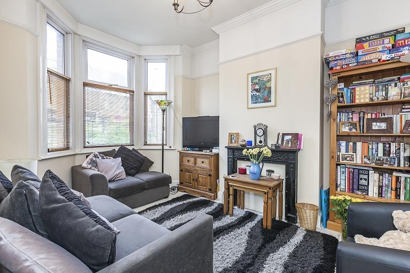 2 Bedrooms Ground Maisonette Flat for sale in George Lane, London, Greater London. E18 1LW