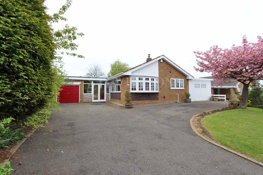3 Bedrooms Detached Bungalow for sale in Dewsbury Drive, Penn, Wolverhampton