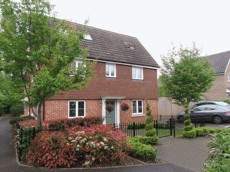 5 Bedrooms Detached House for sale in Vaughan Close, Dartford