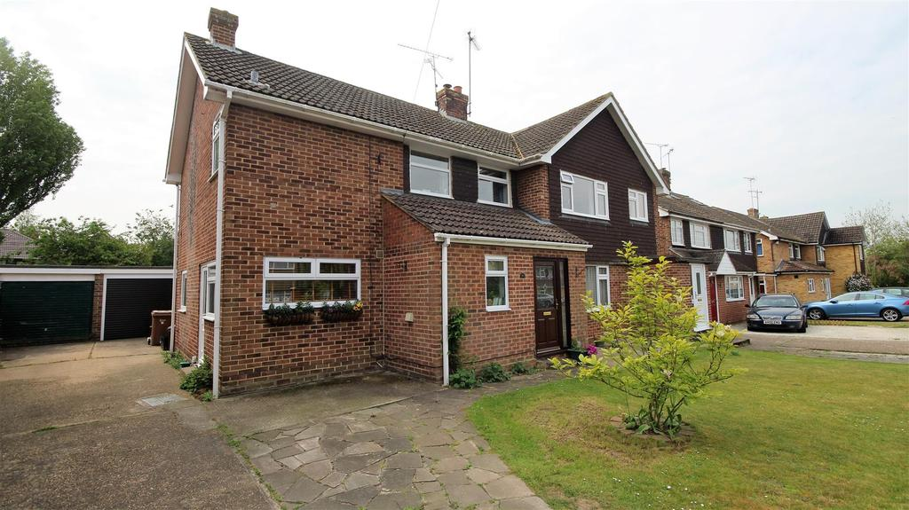 3 Bedrooms Semi Detached House for sale in Amberley Drive, Twyford, Reading