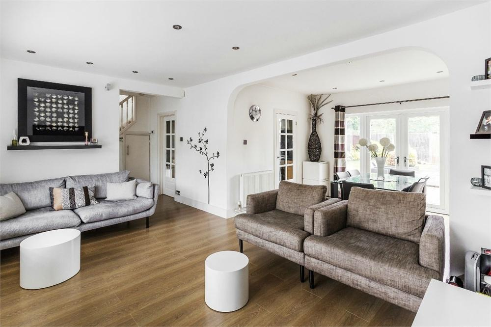 3 Bedrooms Semi Detached House for sale in Wolsey Drive, WALTON-ON-THAMES, Surrey