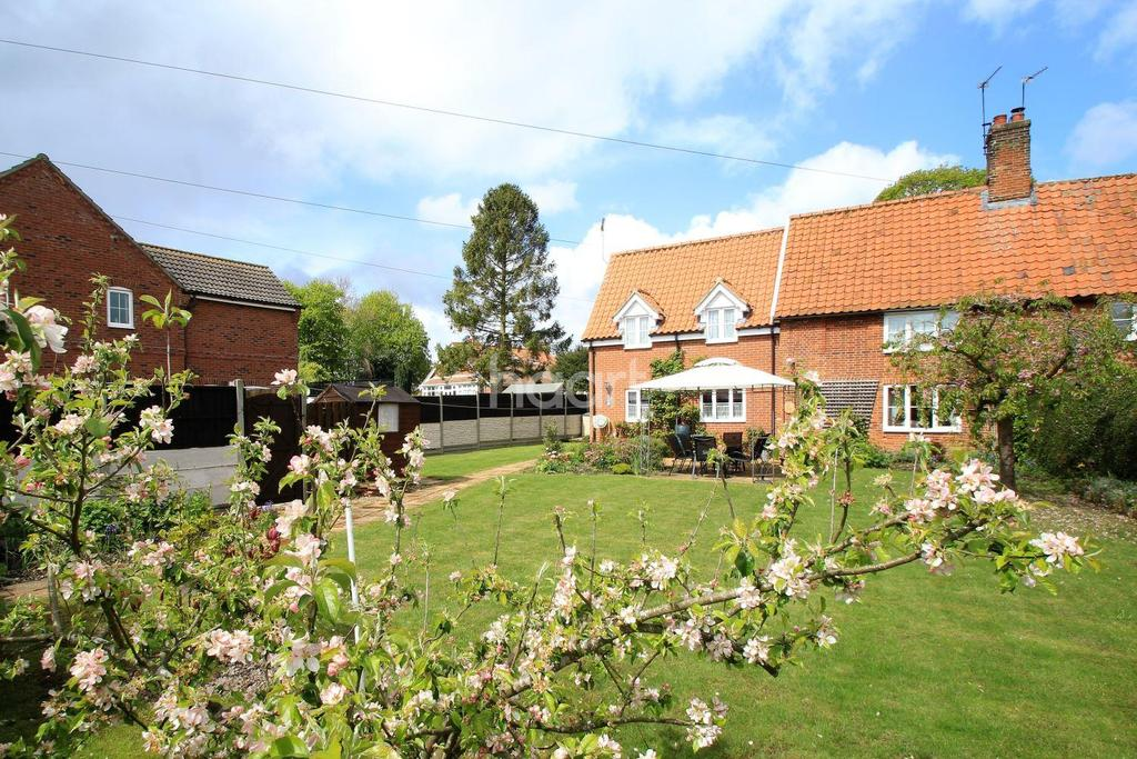 3 Bedrooms Semi Detached House for sale in Old Hall Road, Dereham