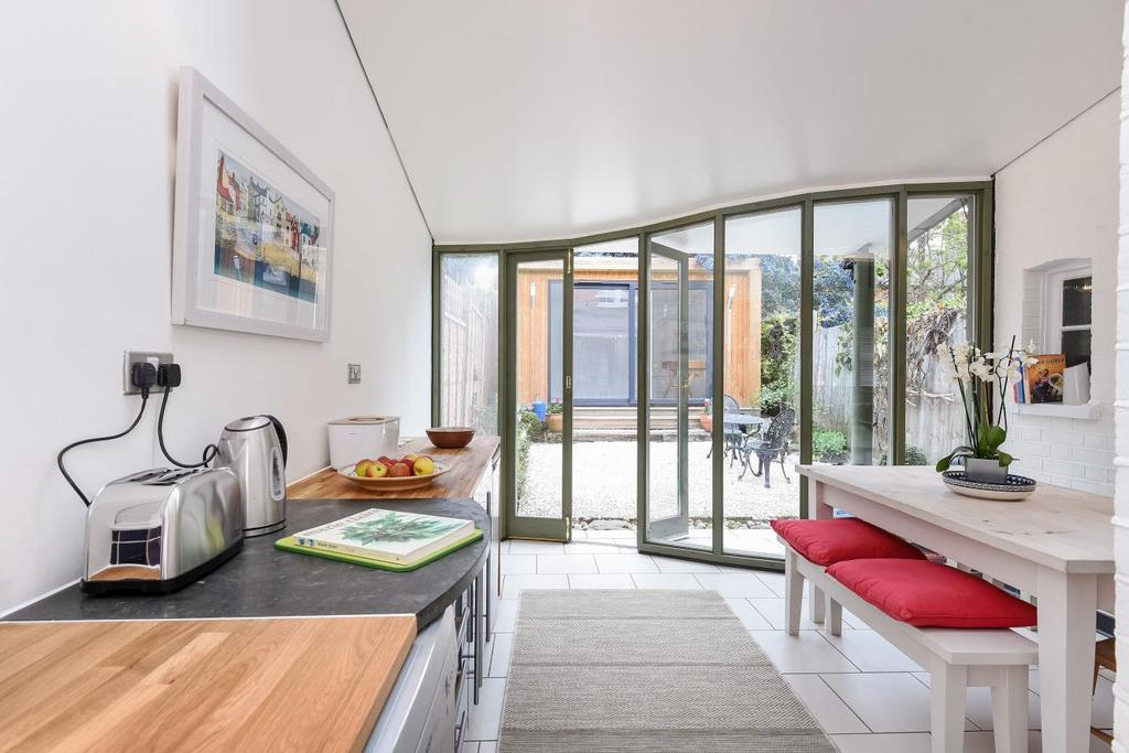 2 Bedrooms Terraced House for sale in Beechwood Road, Crouch End, N8