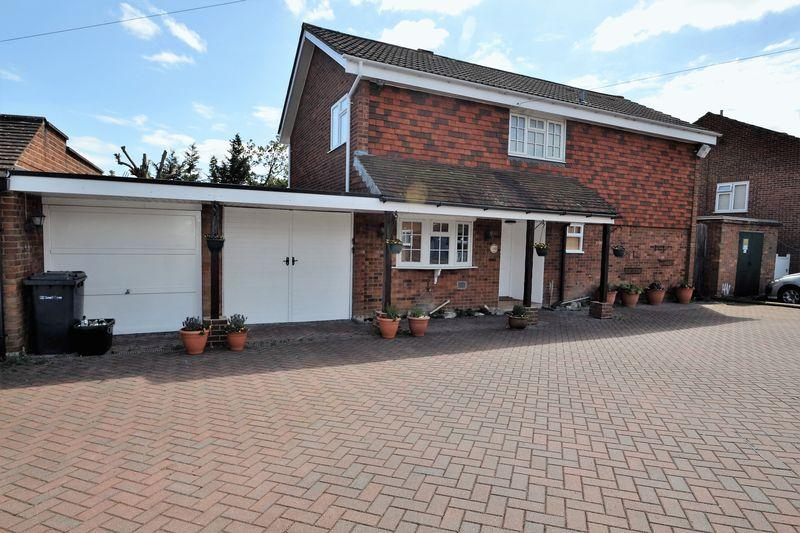 4 Bedrooms Link Detached House for sale in St Michaels Close, Bickley, Bromley