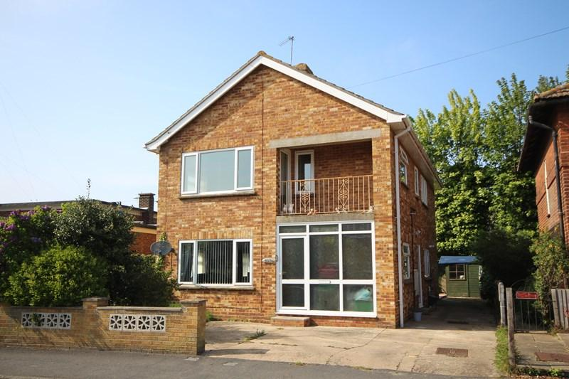 2 Bedrooms Ground Maisonette Flat for sale in Pole Barn Lane, Frinton-On-Sea
