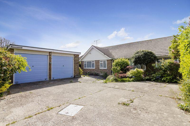 3 Bedrooms Bungalow for sale in Courtlands Way, Goring-by-Sea