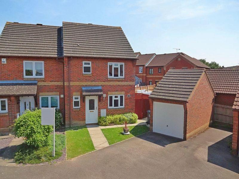 3 Bedrooms Semi Detached House for sale in The Belfry, Bushmead