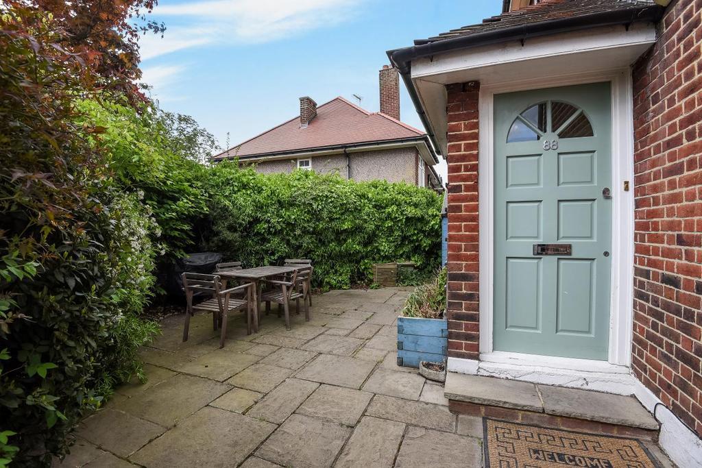 2 Bedrooms Flat for sale in Tilehurst Road, Earlsfield, SW18
