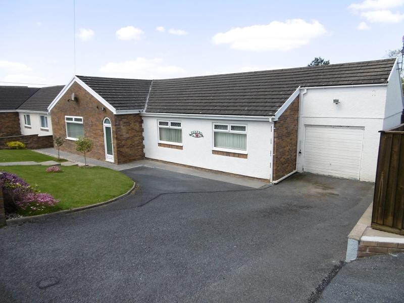 3 Bedrooms Bungalow for sale in Gorsddu Road, Penygroes, Llanelli, Carmarthenshire.