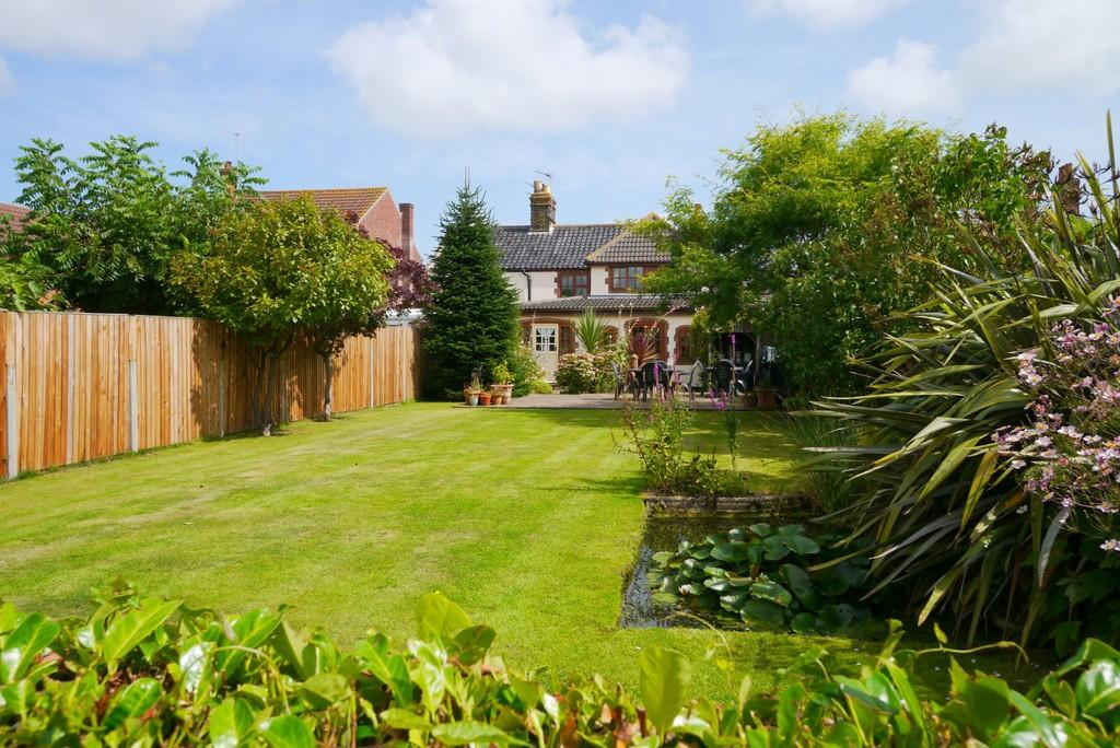 3 Bedrooms Semi Detached House for sale in The Street, Blundeston, Lowestoft
