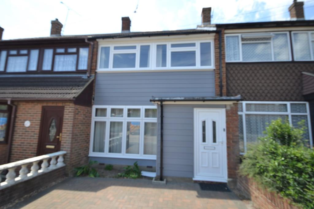 3 Bedrooms Terraced House for sale in Larkswood Road , Corringham, SS17