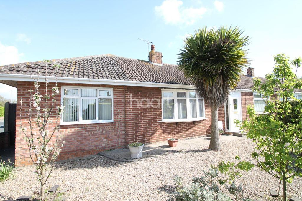 3 Bedrooms Bungalow for sale in Cranworth Gardens, Lowestoft, Oulton Broad.