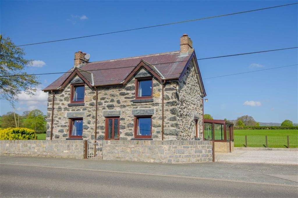 3 Bedrooms Detached House for sale in Glanrafon, Corwen