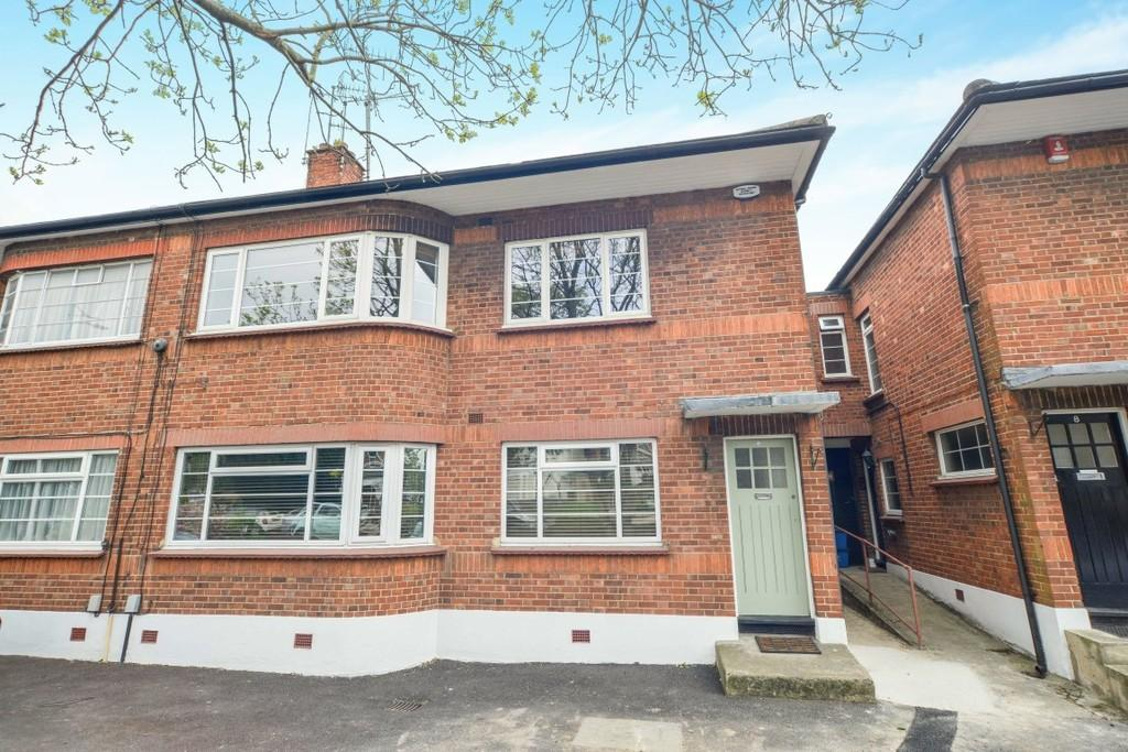 2 Bedrooms Flat for sale in Cranbourne Court, South Woodford
