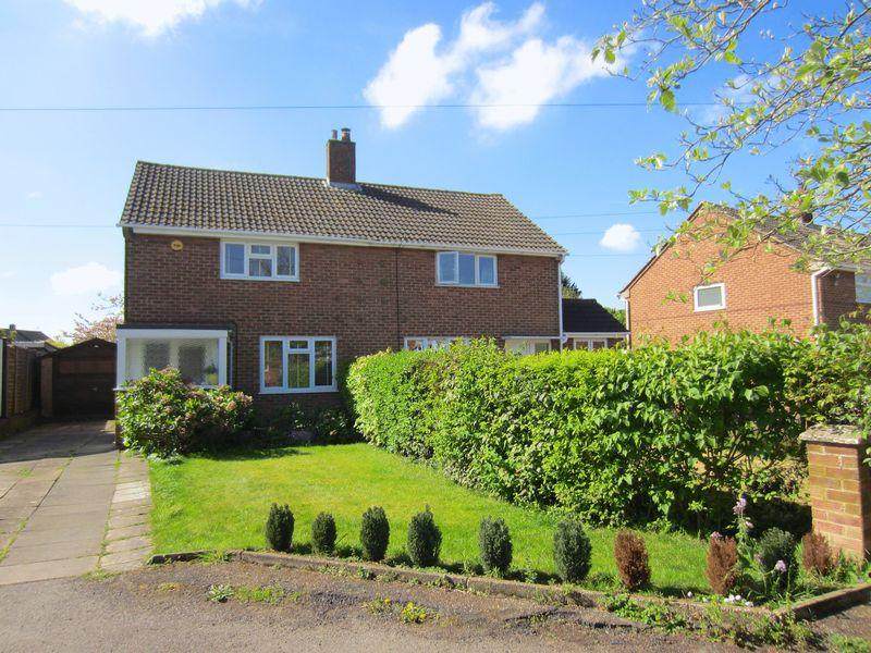 3 Bedrooms Semi Detached House for sale in Edgecote Close, Caddington **** ATTRACTIVE LARGE REAR GARDEN ****
