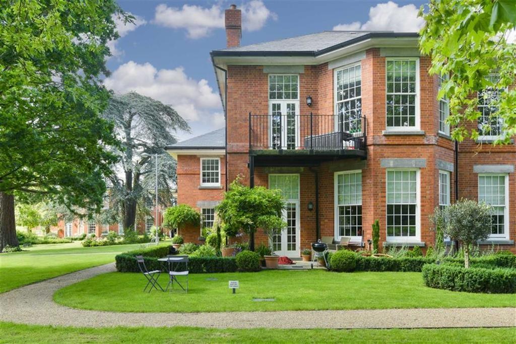 2 Bedrooms Flat for sale in Dartford Court, Epsom, Surrey