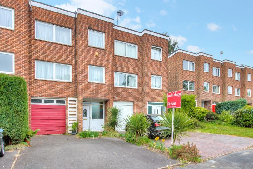 3 Bedrooms Terraced House for sale in Ashdown Close, Hiltingbury, Chandlers Ford