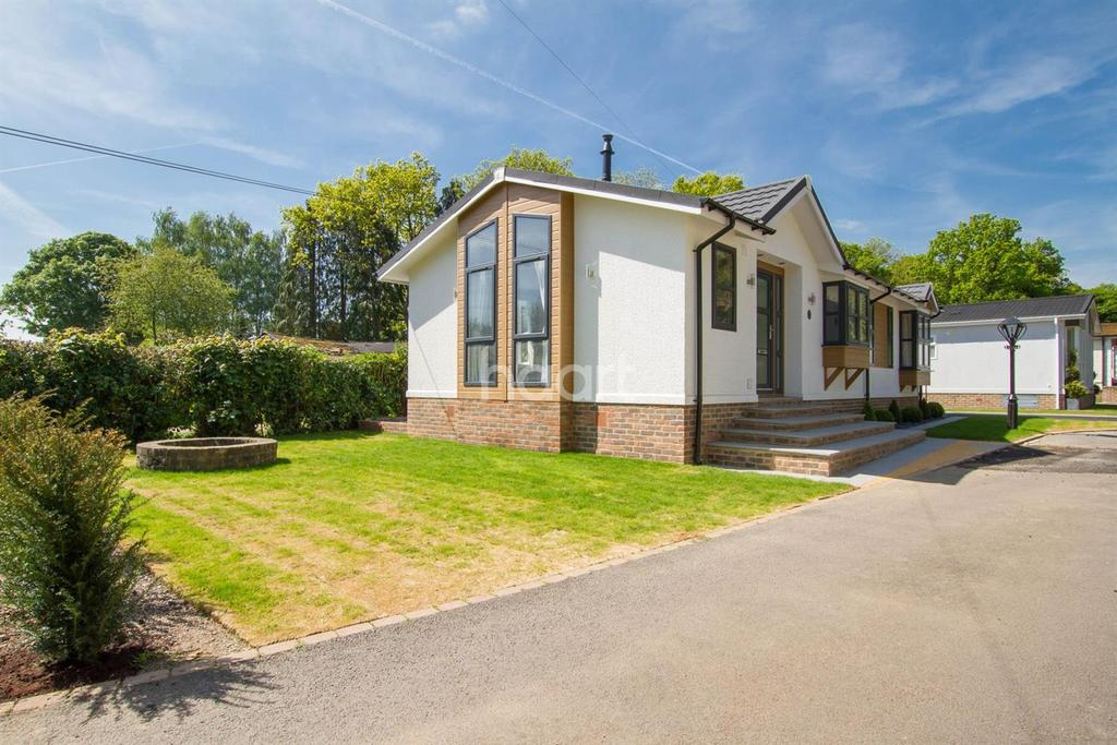 2 Bedrooms Bungalow for sale in Long Pightle, Chandlers Cross, Rickmansworth