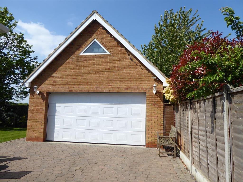 Dunbar avenue new waltham grimsby 5 bed detached house for Brick garages prices