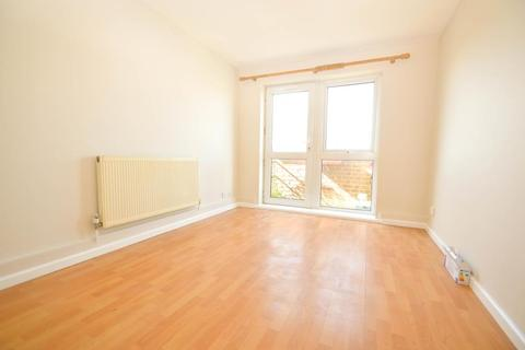 Dedworth Road, Windsor. 2 bedroom apartment to rent