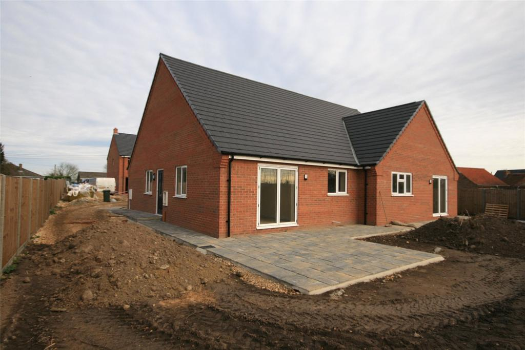 3 Bedrooms Semi Detached Bungalow for sale in Daggers Drawn, Station Road, PE20