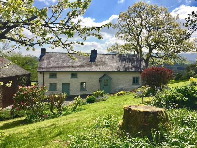3 Bedrooms Detached House for sale in Llanddeusant, Llangadog, Carmarthenshire.