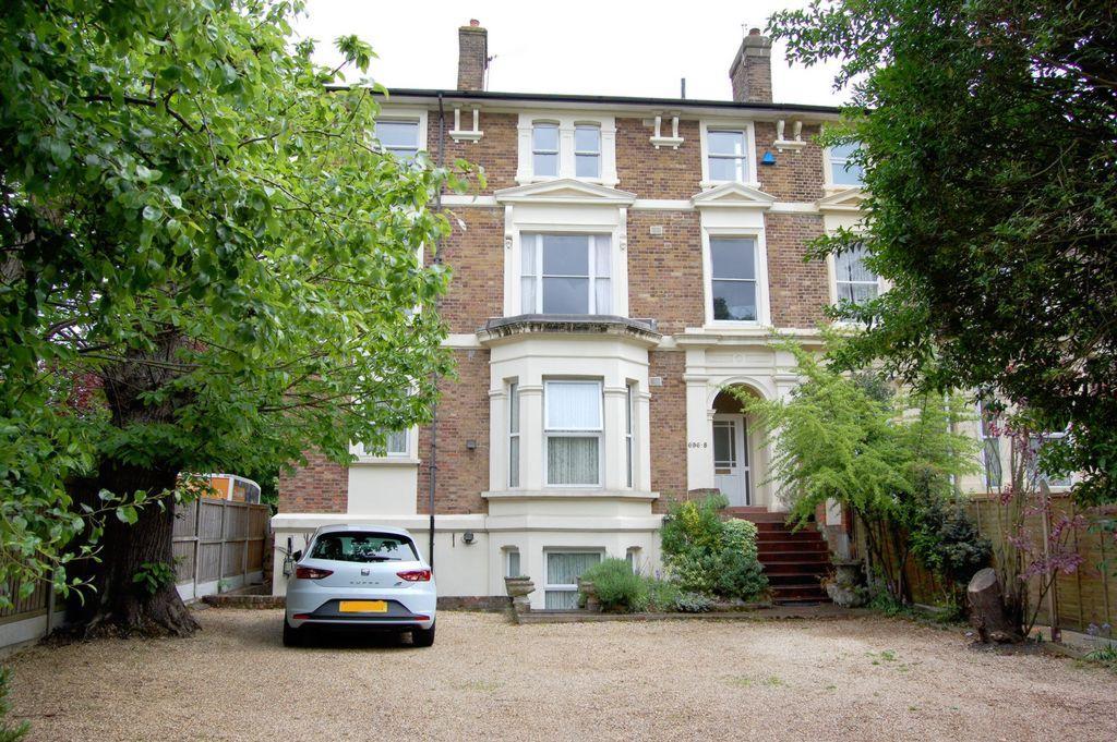 3 Bedrooms Flat for sale in High Road, Buckhurst Hill, IG9