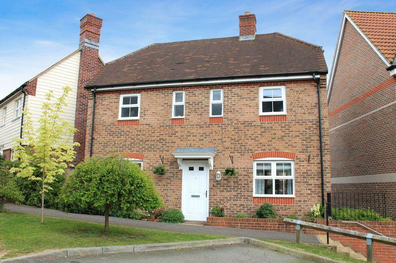 3 Bedrooms Detached House for sale in Harwood Close, Pulborough