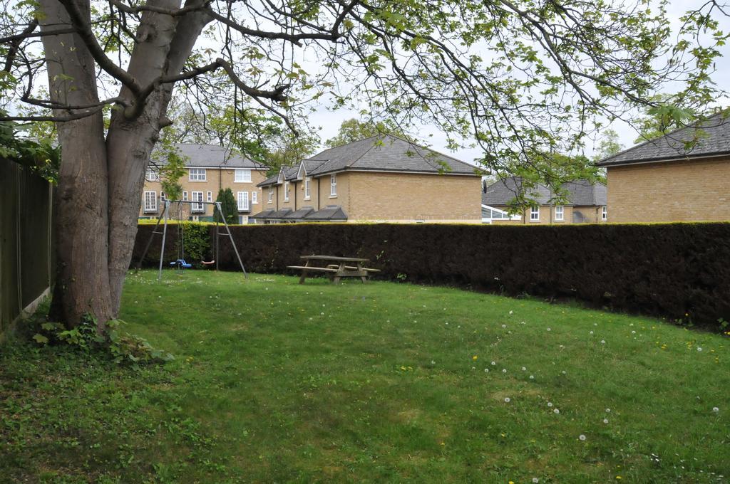 4 Bedrooms Semi Detached House for sale in Hampton Close, Friern Barnet