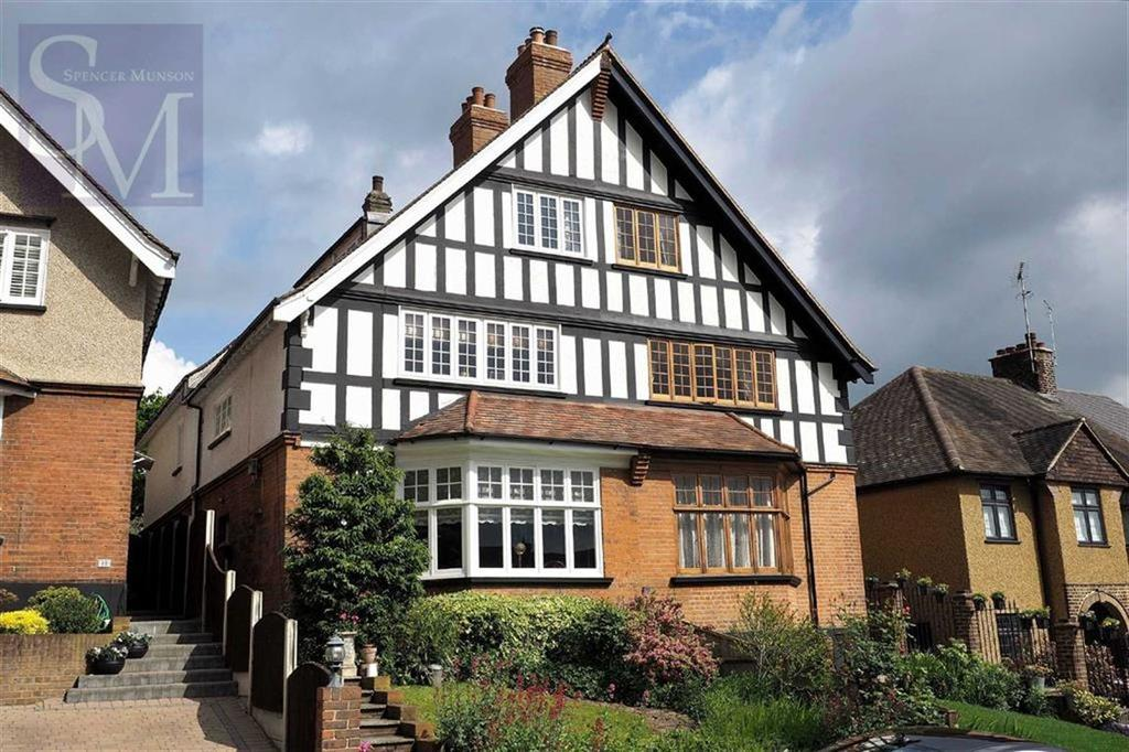 3 Bedrooms Flat for sale in Russell Road, Buckhurst Hill, Essex