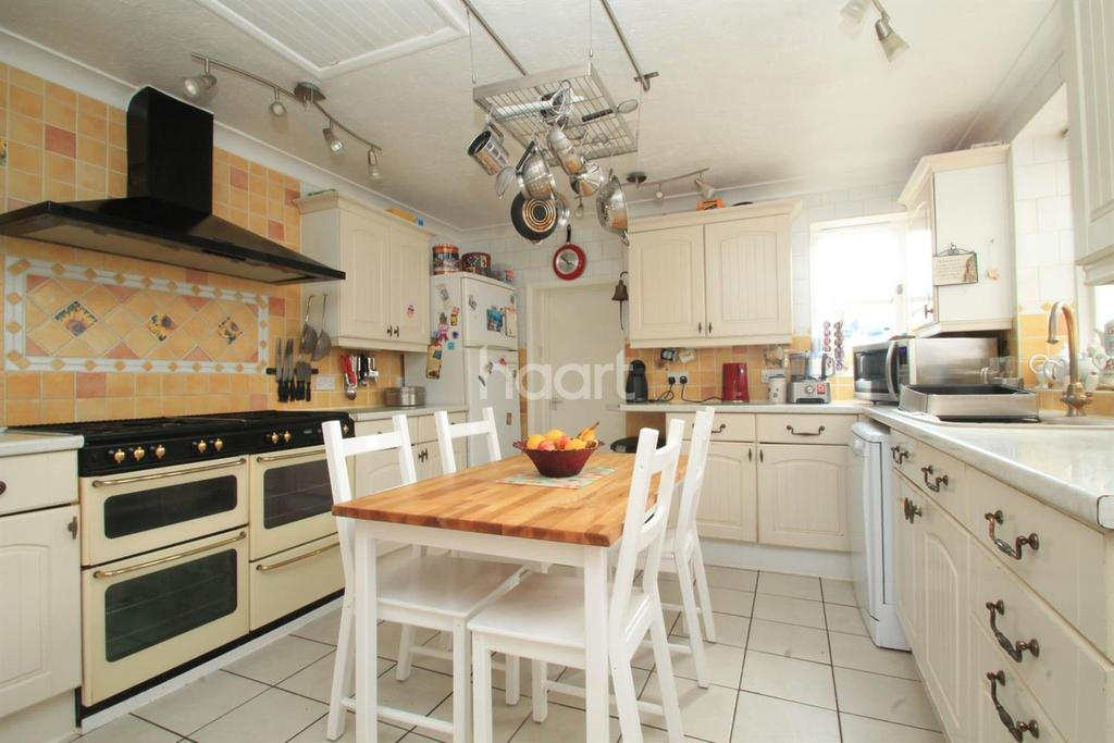 4 Bedrooms Semi Detached House for sale in Minster Road