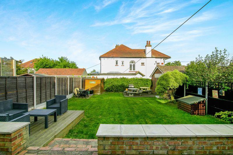 5 Bedrooms Detached House for sale in Tattersall Gardens, Leigh-On-Sea