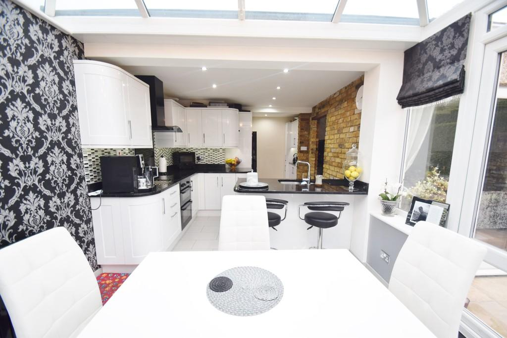 2 Bedrooms Semi Detached Bungalow for sale in Pinkwell Avenue, Hayes, Middlesex