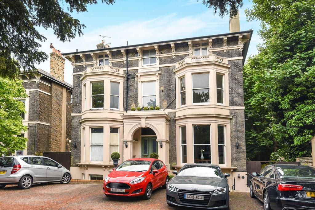 3 Bedrooms Ground Flat for sale in Shooters Hill Road London SE3