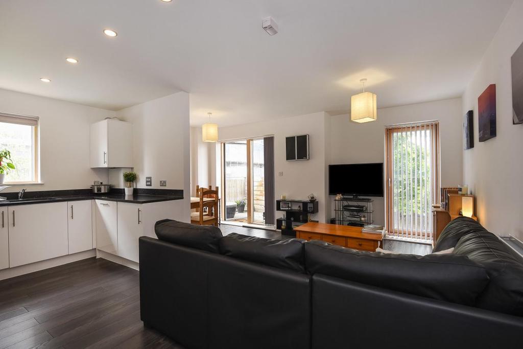 2 Bedrooms Flat for sale in Chris Pullen Way, Holloway, N7