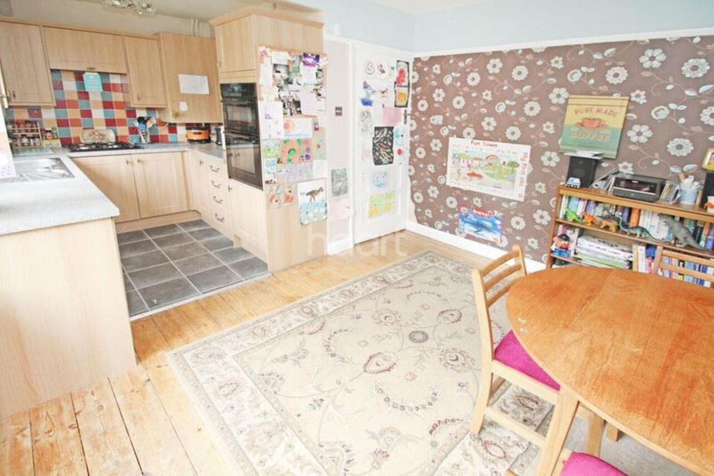 3 Bedrooms Semi Detached House for sale in Dominion Drive, Collier Row